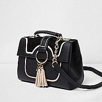 Zwarte crossbodytas met kwastjes, ringdetail en ketting