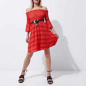 Robe Bardot Petite froncée rouge à manches évasées