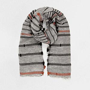 Écharpe rayée grise texturée
