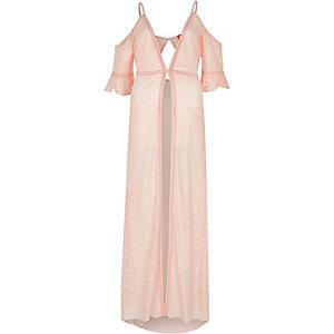 Kimono long en dentelle rose clair à épaules dénudées