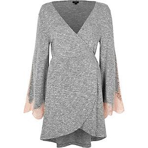 Robe croisée en jersey gris chiné avec manches en dentelle