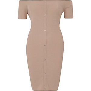 Beige geribbelde mini-jurk met bardothalslijn en drukknopen voor