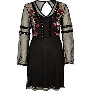 Schwarzes, verziertes Kleid mit Nietenbesatz
