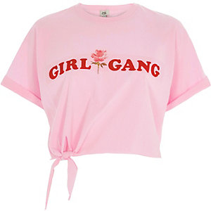 T-shirt court « girl gang » rose noué devant
