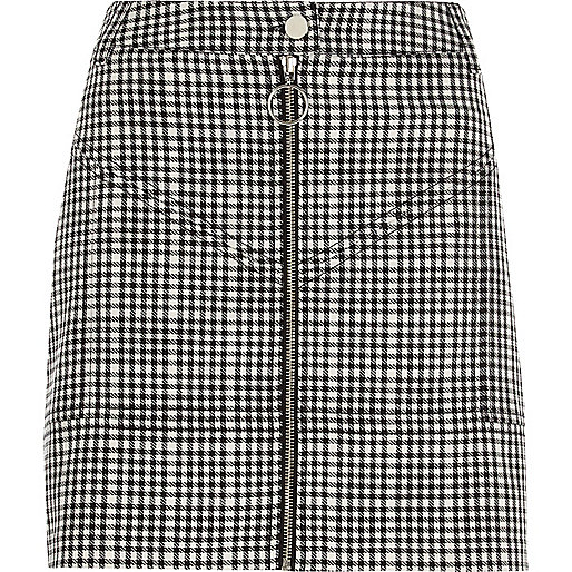 Mini-jupe à carreaux noire zippée sur le devant