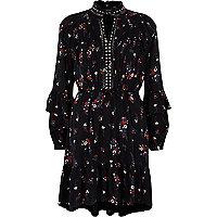 Schwarzes, geblümtes Kleid mit Nietenverzierung