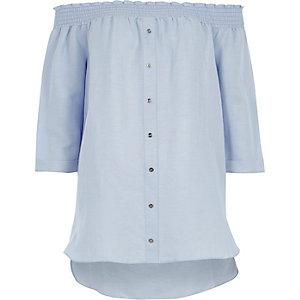 Lichtblauw gesmokt bardotoverhemd met lange mouwen