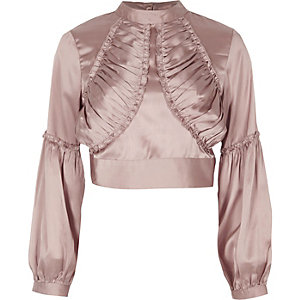 Crop top en satin rose à encolure montante et volants sur le devant