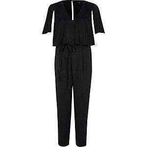 Zwarte jumpsuit met strikceintuur en capemouwen