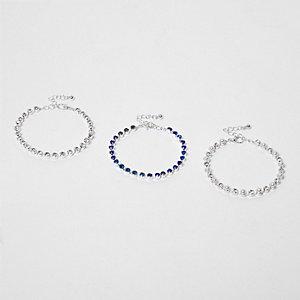 Silberne und blaue Armbänder im Pack