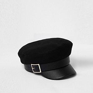 Zwarte bakerboy-pet met goudkleurige gesp