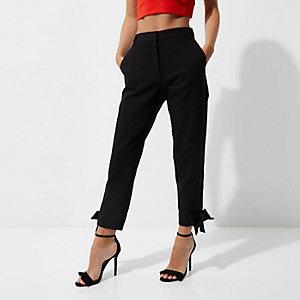 RI Petite - Zwarte broek met strik aan de zoom