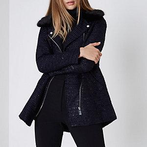 Manteau en lurex bleu marine avec col en fausse fourrure