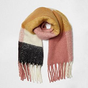 Geel met roze sjaal met kleurvlakken