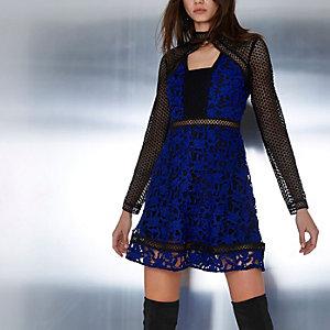 Blauwe mini-jurk met lange mouwen, kant en uitsnede