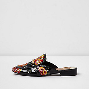 Schwarze Lack-Loafer mit Rosenapplikation
