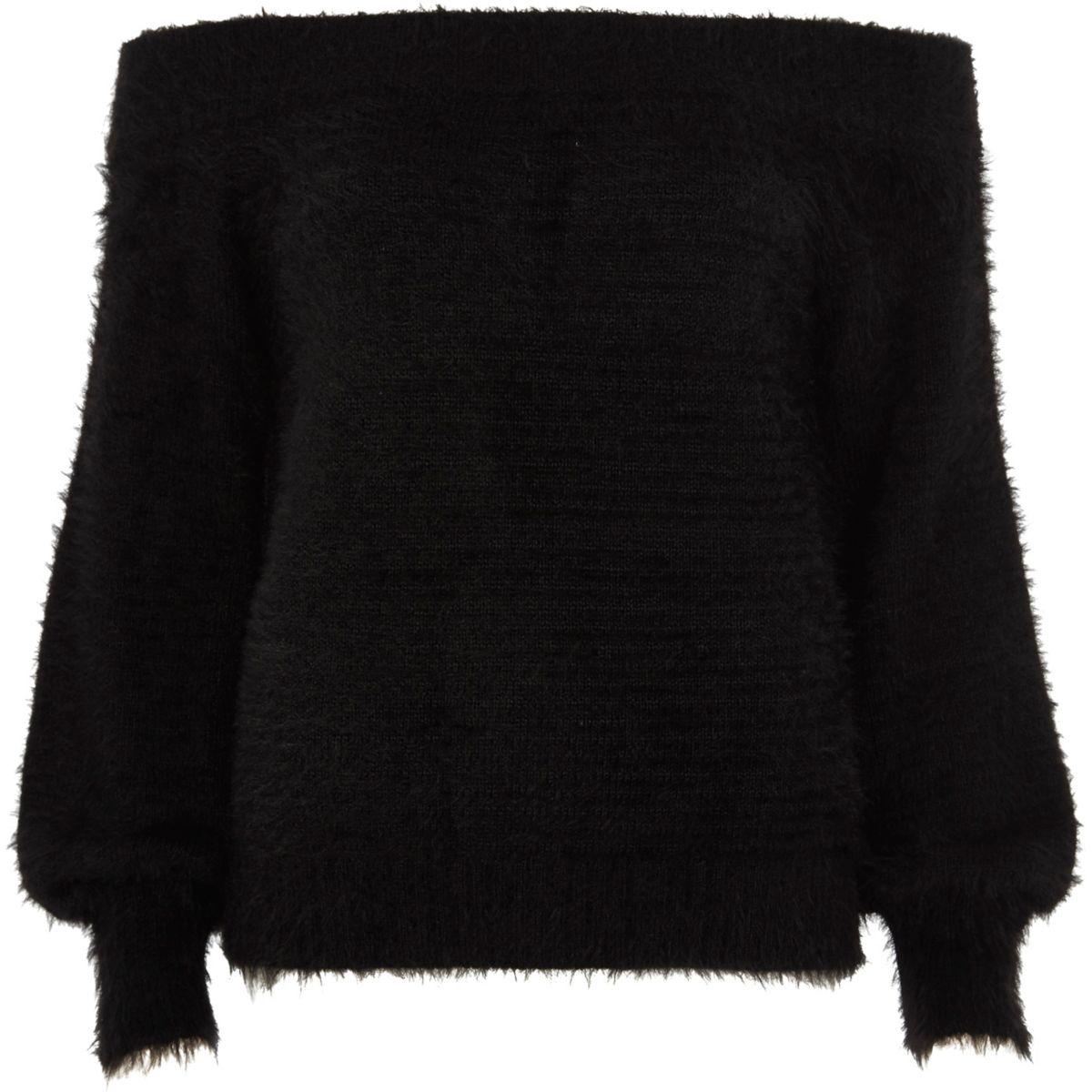 Zwarte pluizige gebreide pullover met bardothalslijn