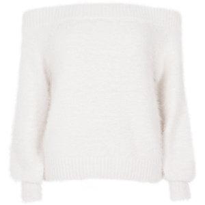 Witte pluizige gebreide pullover met bardothalslijn