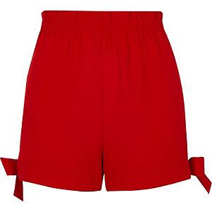 Short rouge avec nœuds à l'ourlet