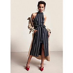 Marineblauwe getailleerde hoogsluitende midi-jurk met strepen