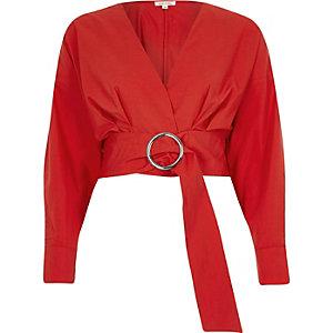 Crop top rouge avec ceinture à anneaux et manches longues