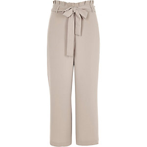 Pantalon ample gris à taille plissée et ceinture