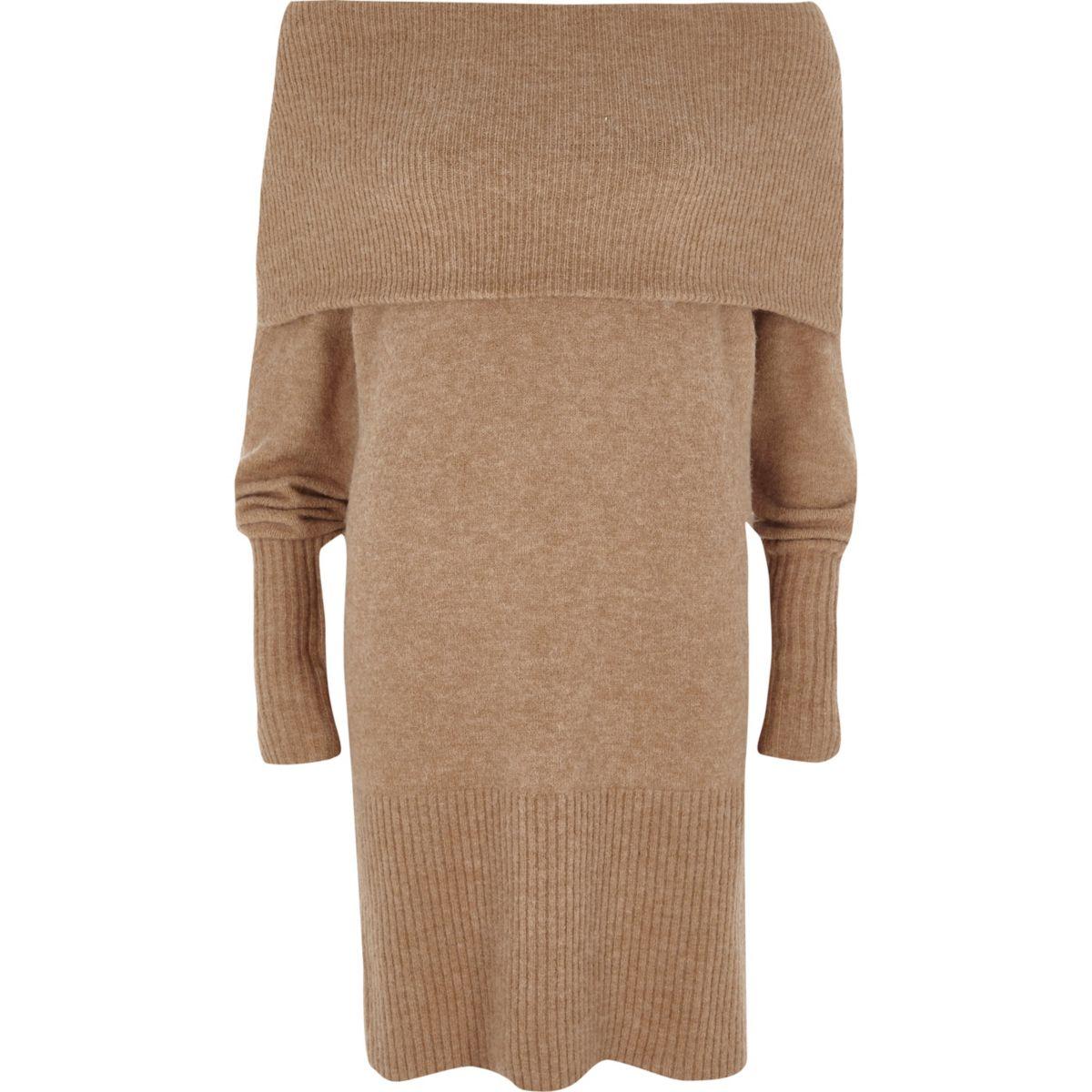 Beige trui-jurk met bardothalslijn
