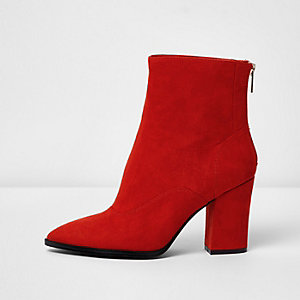 Rode enkellaarsjes met blokhak, puntige neus en brede pasvorm