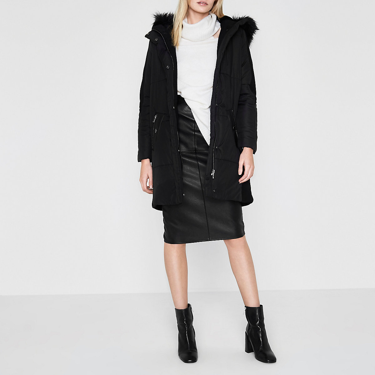 Zwarte gewatteerde lange jas met rand van imitatiebont