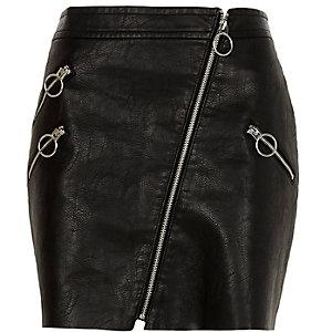 Mini jupe en cuir synthétique noire vernie à zips et anneaux