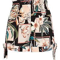 Schwarze Shorts mit Blumenmuster