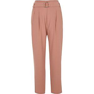 Roze smaltoelopende broek met hoge taille, ring en riem