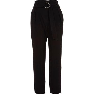 Zwarte smaltoelopende broek met hoge taille ring en riem