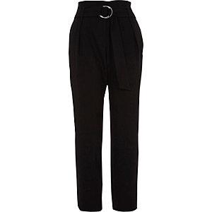 Zwarte smaltoelopende broek met hoge taille, ring en riem