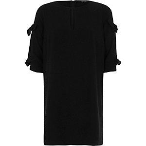 Robe évasée noire à découpes et nœuds aux manches