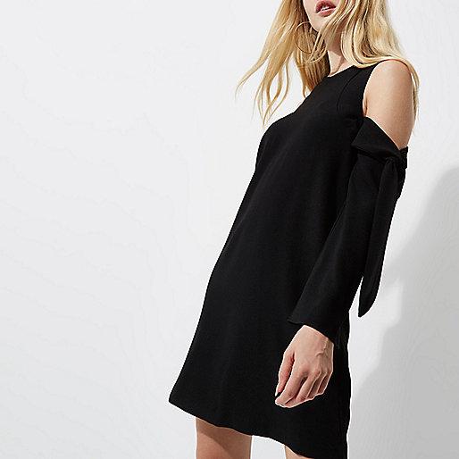 Schwarzes langärmliges schulterfreies Swing-Kleid