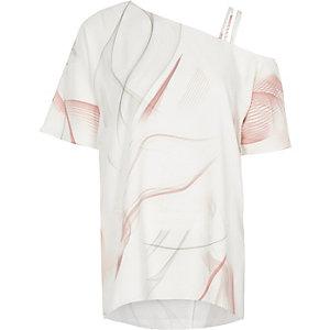 Top asymétrique à imprimé rose et épaules dénudées