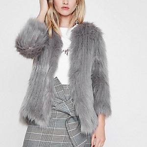 Manteau en maille et fausse fourrure gris clair