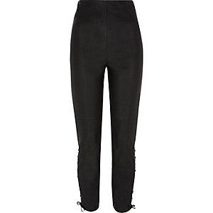 Pantalon en cuir synthétique noir lacé