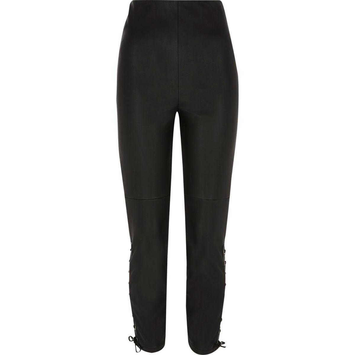 Zwarte broek van imitatieleer met vetersluiting