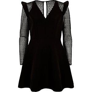 Schwarzes, langärmliges Skater-Kleid aus Spitze