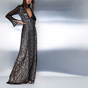 Robe longue noire à ras-de-cou orné