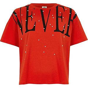 Rood T-shirt verfraaid met 'never'-print en imitatiepareltjes