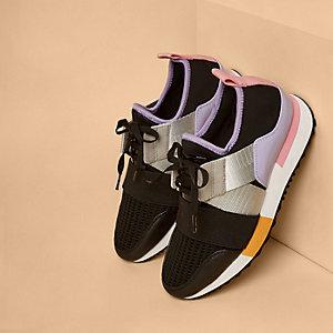 Paarse hardloopschoenen met kleurvlakken en bandjes