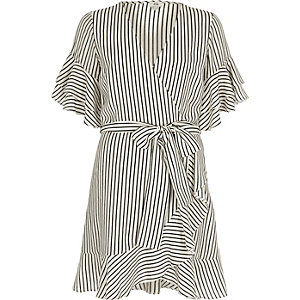 Gestreiftes Sommerkleid mit Rüschenärmeln