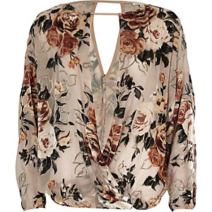 Crème burnout top met bloemenprint en split in de mouwen