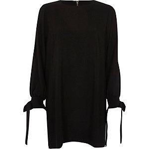 Robe trapèze noire nouée aux poignets
