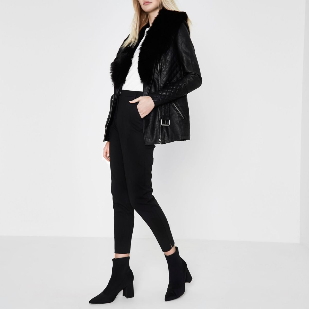 Schwarze Jacke mit Gürtel und Kunstfellkragen