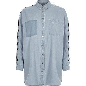 Lichtblauw denim overhemd met oogjes en strik aan de mouwen