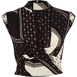 Zwarte crop top met verschillende prints en gedraaide voorkant